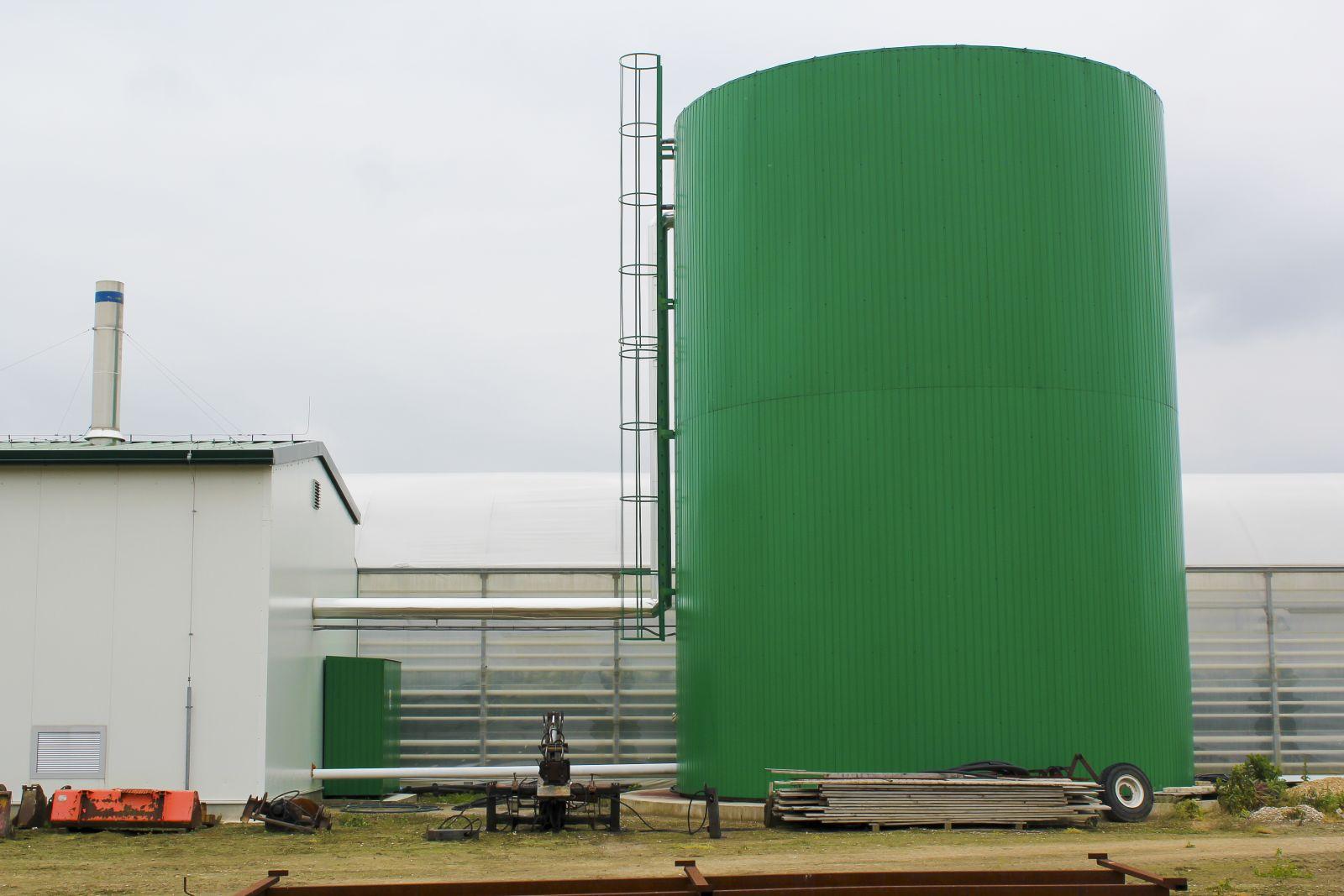 Nádrže s teplou vodou v izolovanom vyhotovení pre skleník alebo fóliovník